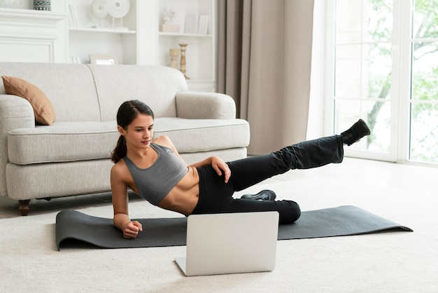 Vrouw die alleen thuis aan het trainen is
