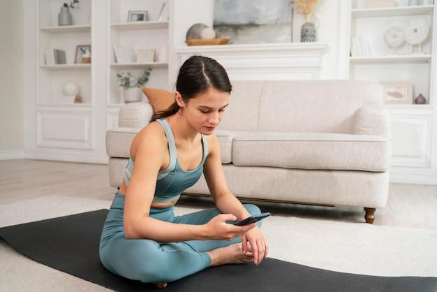Vrouw die alleen thuis aan het trainen is Gratis Foto