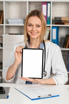 Vrouw die als arts werkt