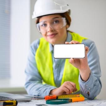 Vrouw die als ingenieur werkt
