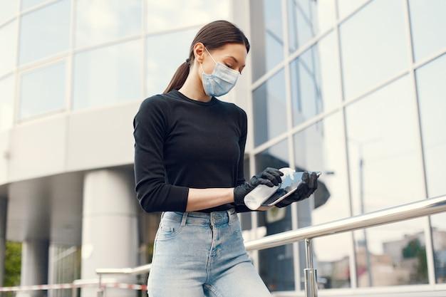 Vrouw die antiseptisch in haar handen houdt