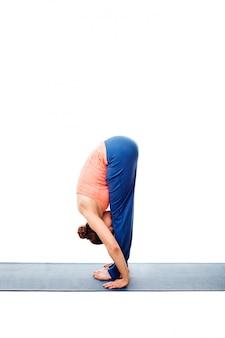 Vrouw die ashtanga vinyasa yoga surya namaskar sun salutation doet