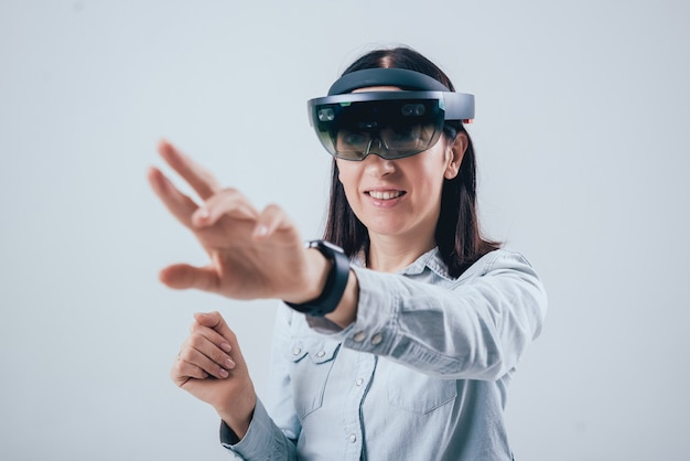 Vrouw die augmented reality-bril draagt.