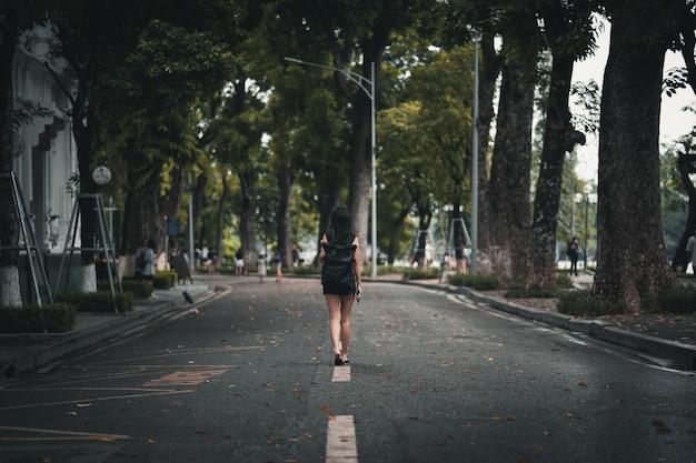 Vrouw die backpacker de straat vietnam van hanoi onderzoekt