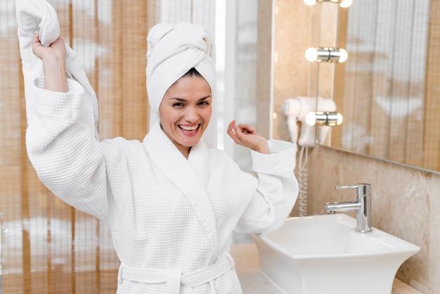 Vrouw die badjas in hotelruimte draagt