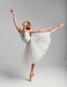 Vrouw die ballet volledig schot uitvoert