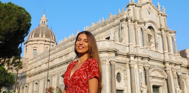 Vrouw die barokke kathedraal van catania in sicilië bezoekt