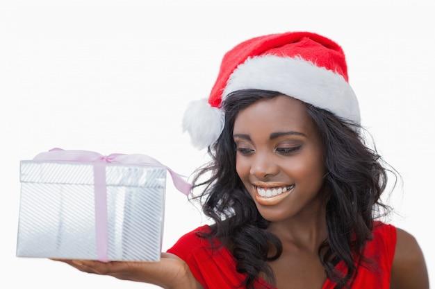 Vrouw die bekijkend een gift bevindt zich