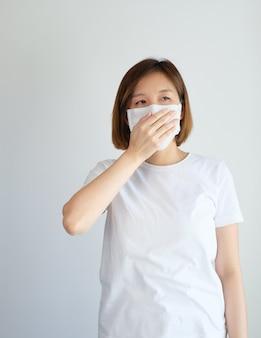 Vrouw die beschermend masker draagt dat haar mond behandelt