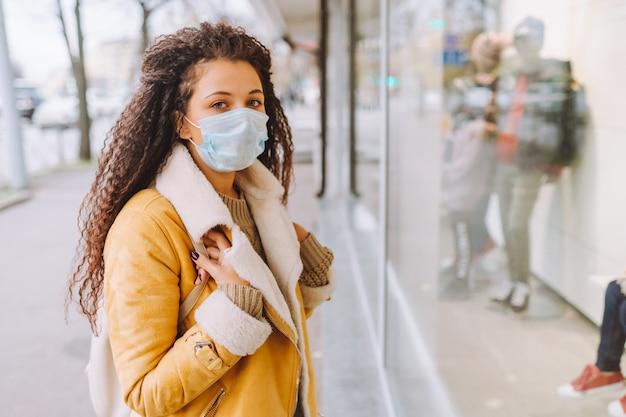 Vrouw die beschermend medisch gezichtsmasker draagt