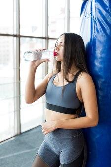 Vrouw die bij bokszak drinken