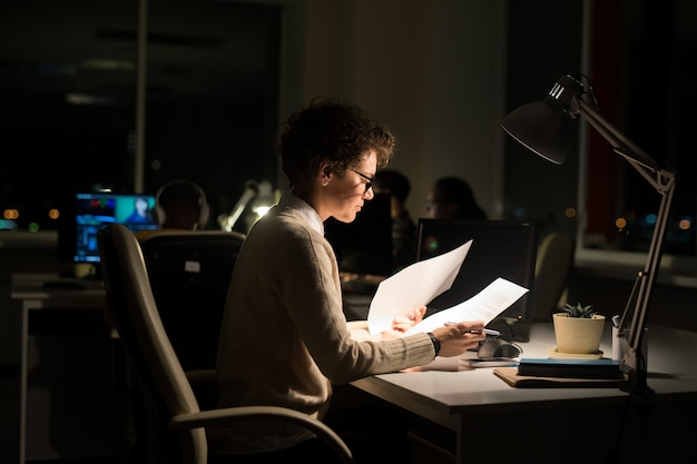 Vrouw die bij nacht werkt