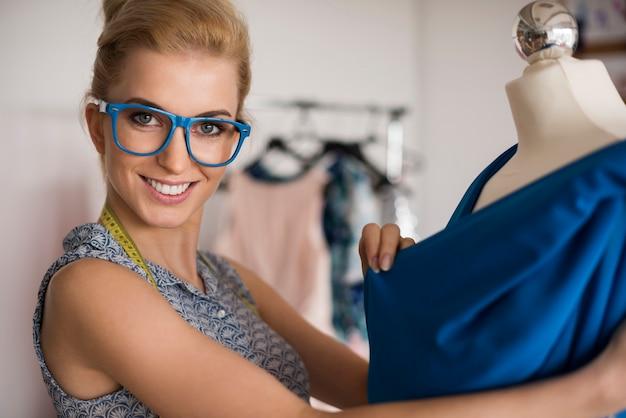Vrouw die bij nieuwe kleren werkt