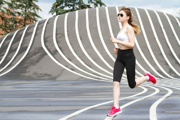 Vrouw die bij superkilen-park in kopenhagen loopt