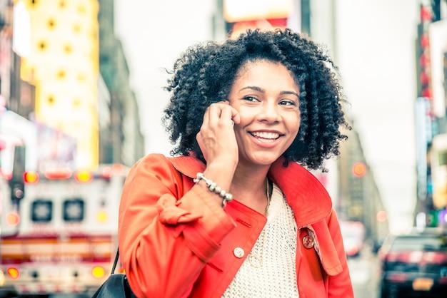 Vrouw die bij telefoon spreekt
