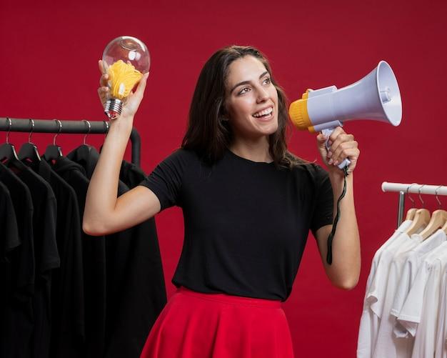 Vrouw die bij winkelen met een megafoon schreeuwt
