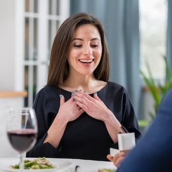 Vrouw die blij is dat haar gevraagd is om met haar vriend te trouwen