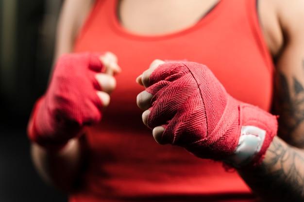 Vrouw die bokshandschoenen voor opleiding draagt