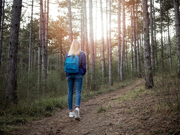 Vrouw die bos onderzoekt