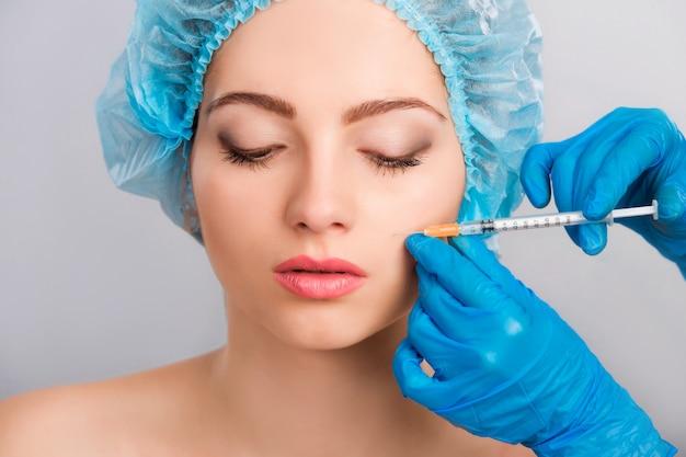 Vrouw die botox injectie ontvangt