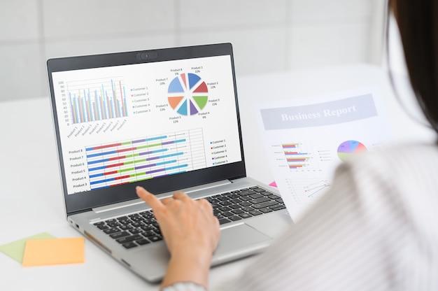 Vrouw die businessplan werkt te analyseren