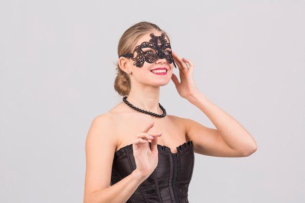 Vrouw die carnaval-masker draagt
