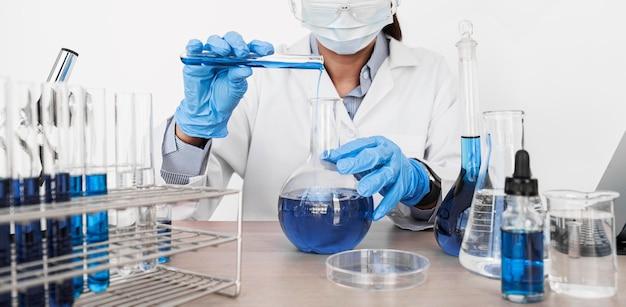 Vrouw die chemische elementen bestudeert