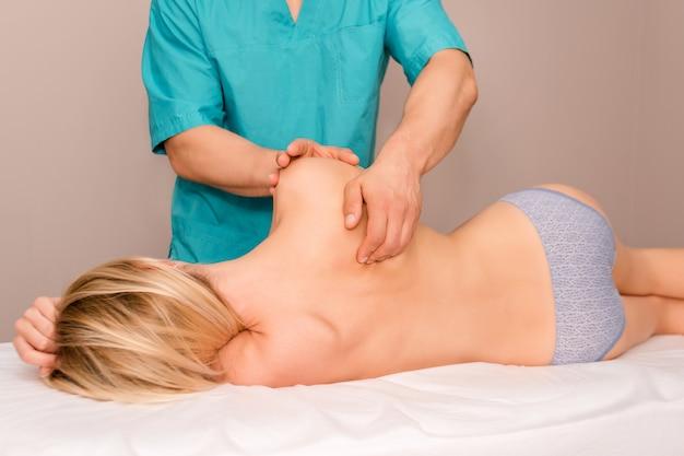 Vrouw die chiropractische rugaanpassing heeft.