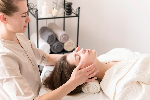 Vrouw die cliënt masseert