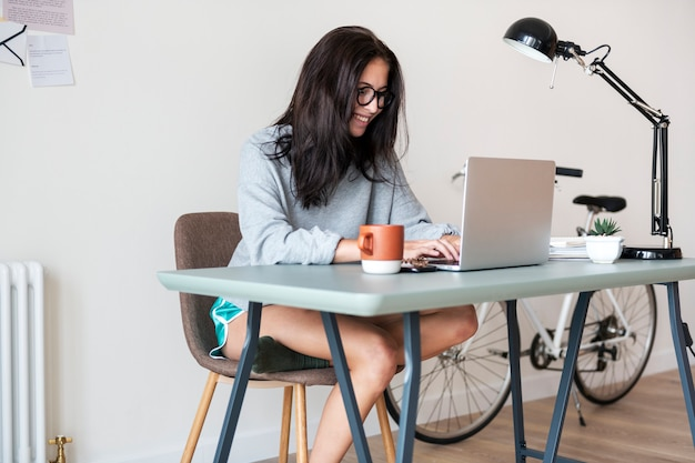 Vrouw die computerlaptop met behulp van