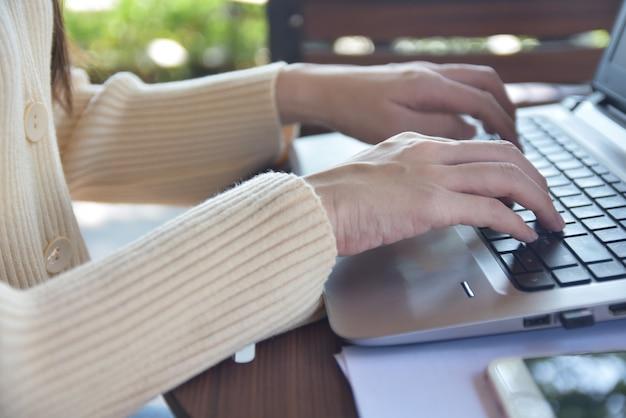 Vrouw die computernotitieboekje gebruikt