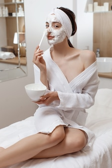 Vrouw die cosmetisch alginaatmasker toepast