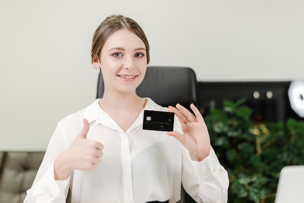 Vrouw die creditcard en laptop voor betalingen met behulp van