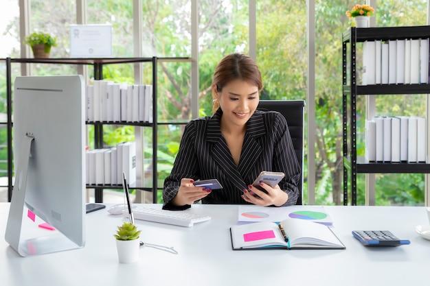 Vrouw die creditcard gebruikt om de rekening te betalen. technologie online winkelen.