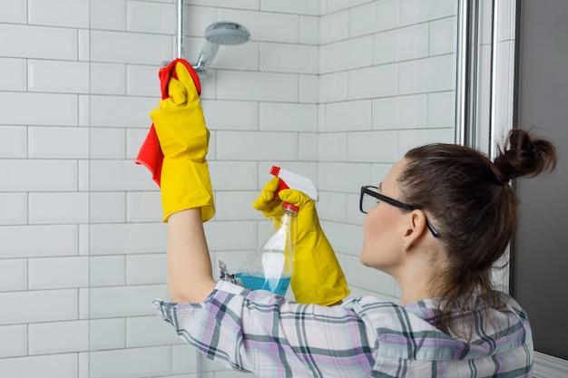 Vrouw die de badkamers schoonmaakt