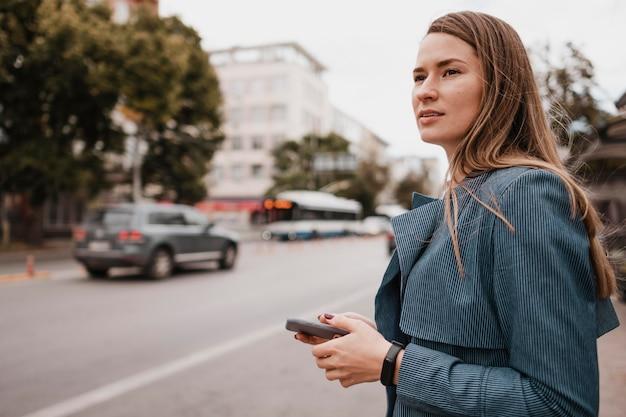 Vrouw die de bus zoekt