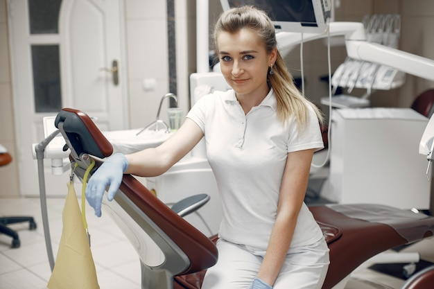 Vrouw die de camera bekijkt. vrouw kijkt naar de camera. tandarts wacht op de patiënt