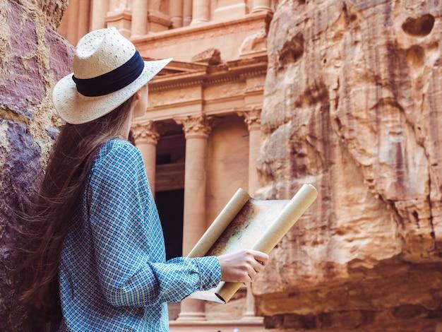 Vrouw die de gezichtenstad petra onderzoekt