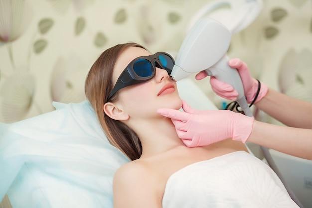 Vrouw die de gezichtslaser van de haarverwijdering heeft