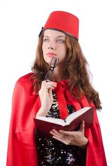 Vrouw die de hoed van fez draagt die op wit wordt geïsoleerd