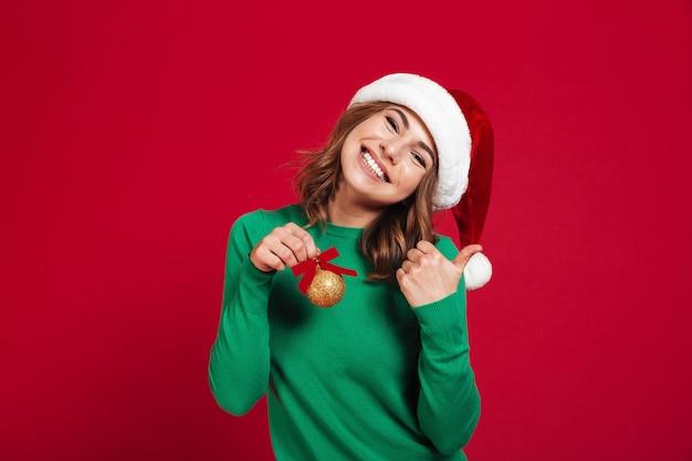 Vrouw die de hoed van kerstmissanta draagt