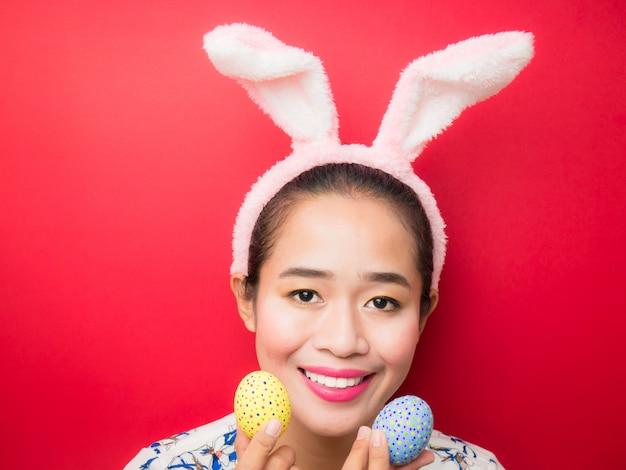 Vrouw die de hoofdband van konijntjesoren draagt tijdens pasen
