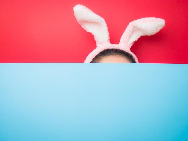 Vrouw die de hoofdband van konijntjesoren draagt tijdens pasen.