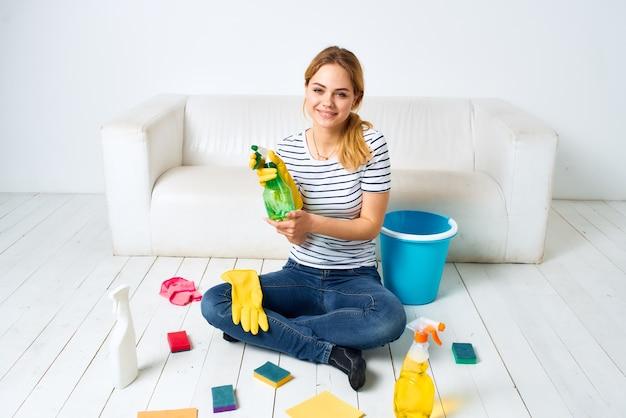Vrouw die de houseo schoonmaakt