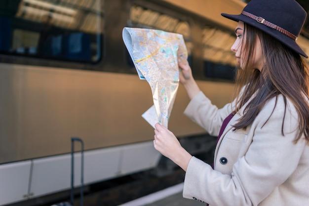 Vrouw die de kaart bekijkt