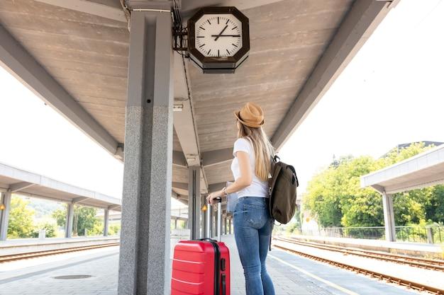 Vrouw die de klok bekijkt