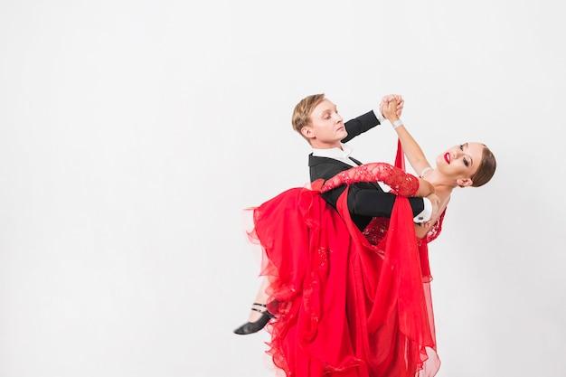 Vrouw die de mens met been omhelst tijdens dans