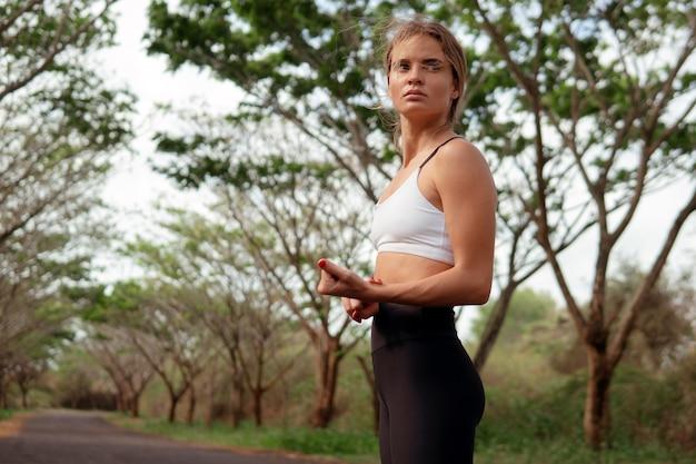 Vrouw die de pols controleert na het hardlopen. bali