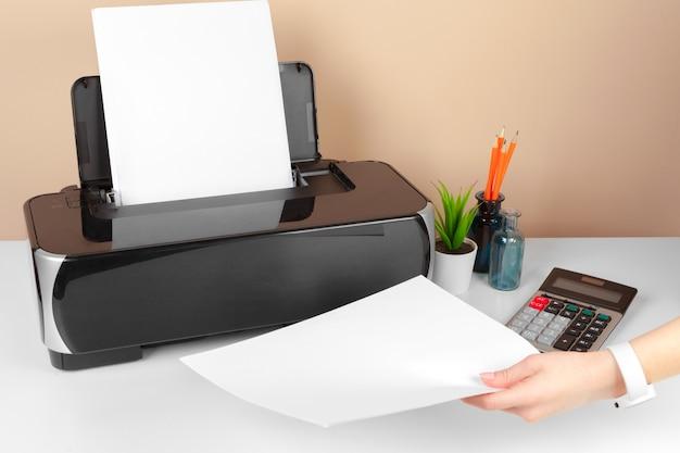Vrouw die de printer gebruikt om document te scannen en af te drukken