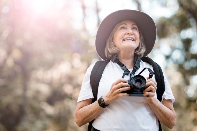 Vrouw die de schoonheid van de natuur waardeert